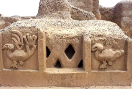 Bird carvings on an adobe wall in Chan Chan (Photo credit: CRATerre)