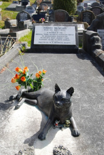 A statue of Mrs Chippy can be found on Henry McNish's grave in Wellington (Image credit: Nigel Cross/Wikimedia Commons)